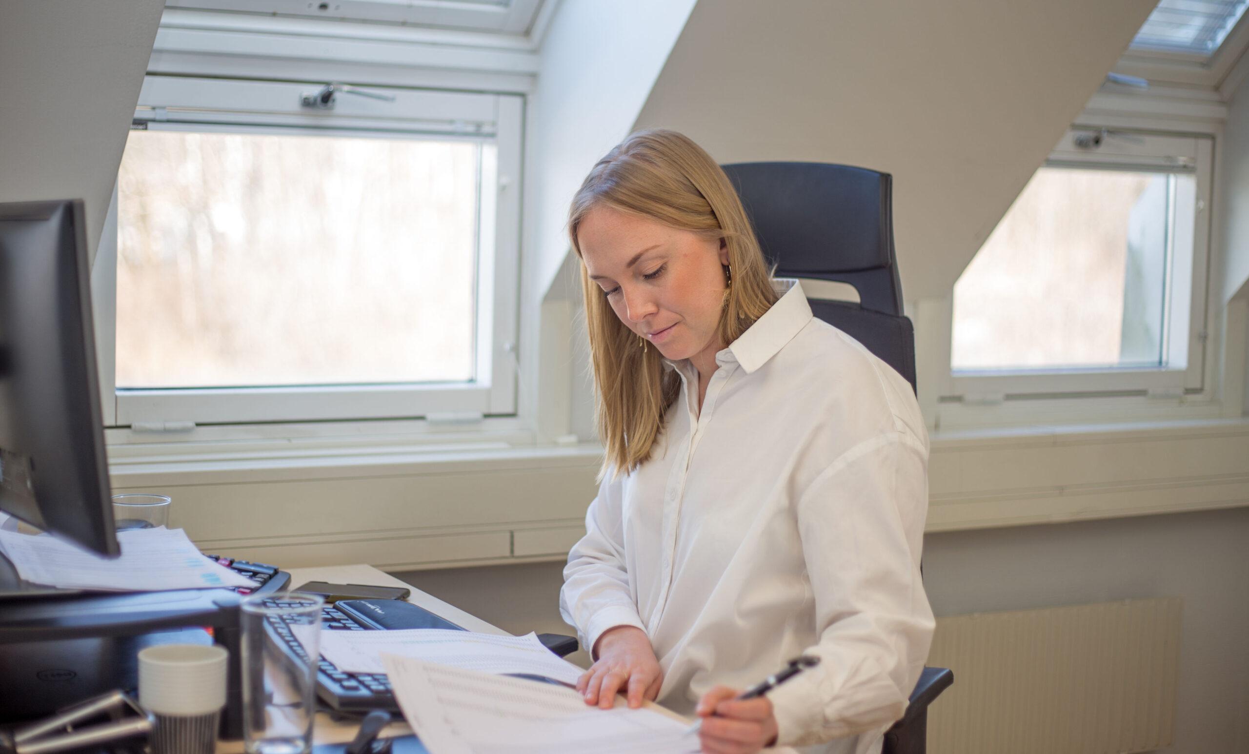 Malin arbetar vid skrivbordet